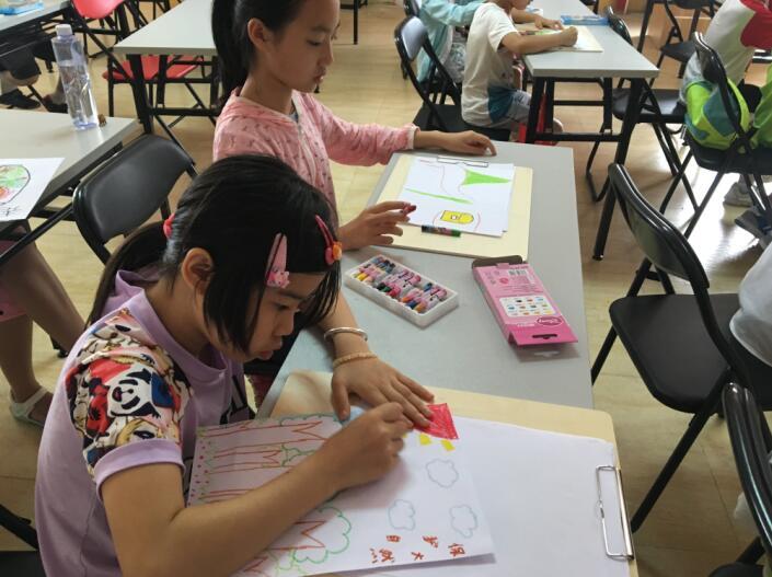 角色和花草树木的彩笔画
